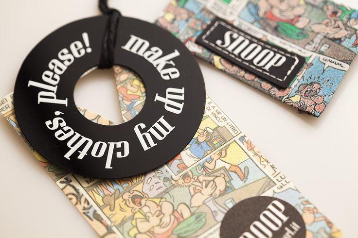 Cartellino con fumetti ed etichetta tessuta con applicazione in gomma.