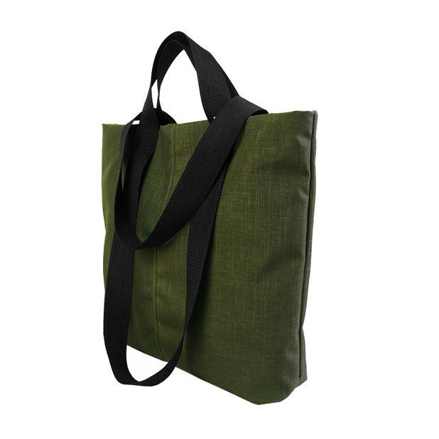 Designerska torba na ramię typu shopper bag. Bardzo pojemna i wygodna.  Wymiary: 42 cm szerokość na środku torby, 40 cm wysokość.  Podwójne, bardzo wytrzymałe rączki z taśmy nośnej długości 30 cm do ręki i 62 cm na ramię.  Torebka zapinana na zamek - kolor do wyboru - czarny, żółty lub zielony.  Shopperka uszyta z wytrzymałej zielonej tkaniny brezentowej.  Dwie dodatkowe kieszenie w środku - również zapinane na zamek. #bottlegreen #shopper #shopperbag