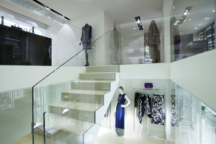 Railing for stairs in extra-clear glass.