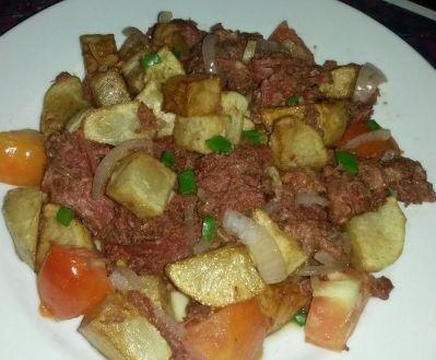 La Cuisine tahitienne Le Punu pua'atoro(corned beef) est un aliment très connu et apprécié en Polynésie Française. Il est en général cuisiné seul revenu avec des oignons. Nous vous proposons une recette revisité, à déguster avec du riz bien chaud !