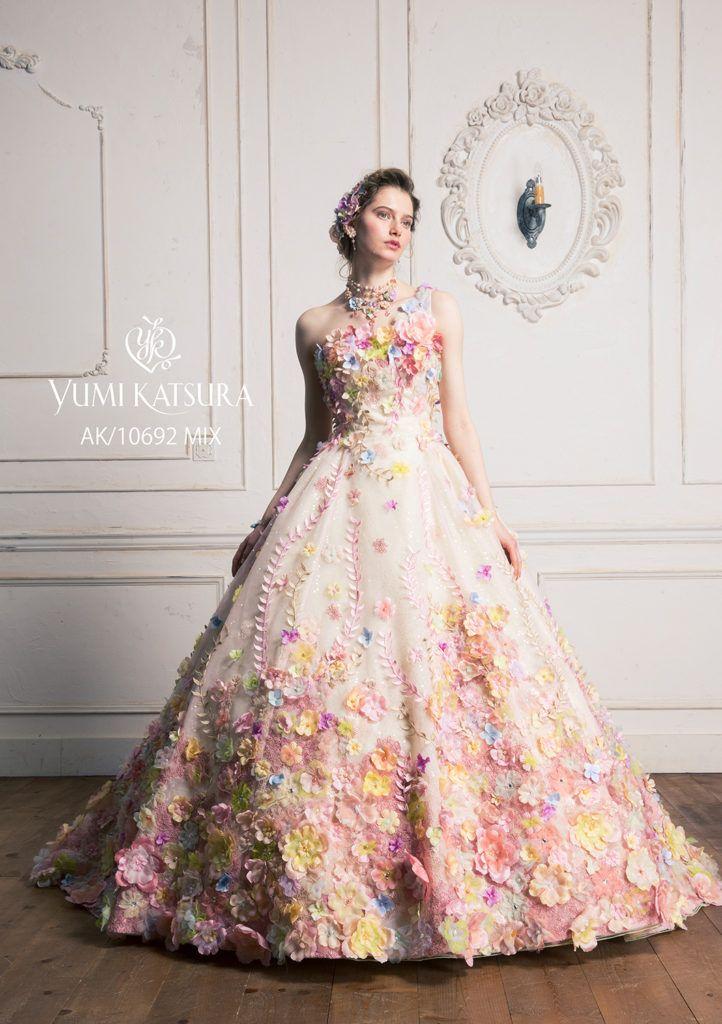 AK-10692 - 桂由美 カラードレス - さまざまな加工テクニックを駆使したフラワーモチーフで、オートクチュールならではの繊細で大胆さを表現しました。 無数に散りばめられたバラエティ豊かな色や形のお花は、パールやビーズなどの加工材料を用いながら1枚ずつドレスに縫い留めています。止め方に幾パターンもあるのは手作業ならでは。 またスパンやラメ糸で輝きを出