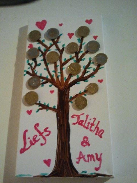 geldboom, een leuk idee voor als je iemand geld wilt geven, maar het stiekem een beetje een afgezaagd idee vindt ;) Schilder een boom op een klein canvas doek en plak het geld er met dubbelzijdig tape aan vast. Origineel en persoonlijk!