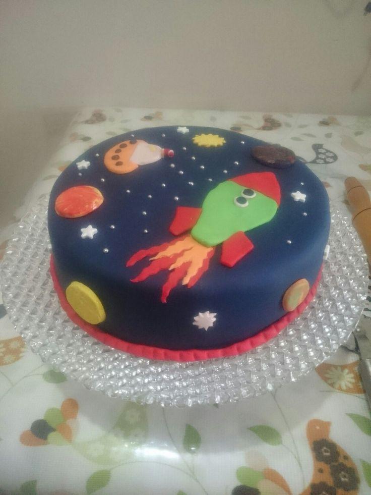 Uzay temalı şeker hamurlu doğum günü pastası...  Space theme birthday Cake..     Roket  gezegen  ufo ve yıldızlarla şahane bir pasta..  yapımı gayet zevkli ve kolay