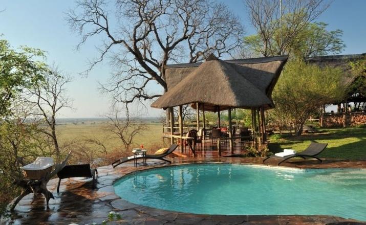 Erfrischungsoase der Munchenje Safari Lodge im Chobe National Park. Von hier aus hat man einen atemberaubenden Blick über den Chobe Fluss und die Auenlandschaft.