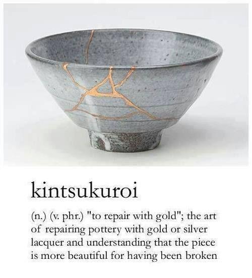 In Japan werden zerbrochene Schalen und Vasen an ihren Bruchstellen mit Gold repariert, sodass die Gefäße in ihrer Unvollkommenheit vollkommen werden. Hier liegt der Glaube zugrunde, dass, wenn etw…