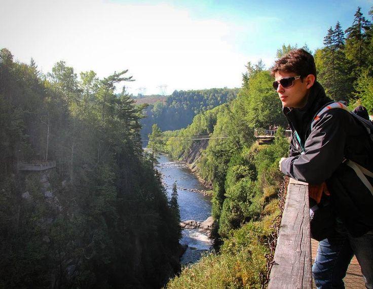 SÉRIE CANADÁ DE LESTE A OESTE!  No último post do Canadá mostramos as principais atrações de Quebec que podem ser visitadas em 1 ou 2 dias. Agora é hora de falarmos sobre outra atração interessante que pode ser visitada a partir de Quebec em um bate-volta:Canyon Ste Ainne.  Neste passeio você poderá caminhar sobre pontes suspensas que cortam o cânion. A vista de lá é lindíssima. No caminho faça uma breve parada na cidade deSainte-Anne-de-Beaupré e visite a sua basílica. É incrível por…