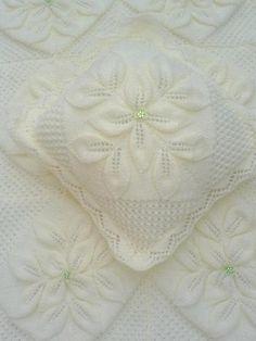 Tricot pour housse cover/couverture/afghan/lit de bébé Landau. Feuilles en relief profonds caractéristiques. Chaque counterpane est tricoté séparément et cousue ensemble pour former la couverture/afghan. De même, une housse de coussin ou oreiller peut être faite à l'aide d'un nombre approprié de couvre-lits comme démontré dans MES PROPRES PHOTOS S'il vous plaît noter que la bordure est réalisé au crochet - le coussin a un bord tricoté mais ce n'est pas inclus dans les arbres. Sport / 5…
