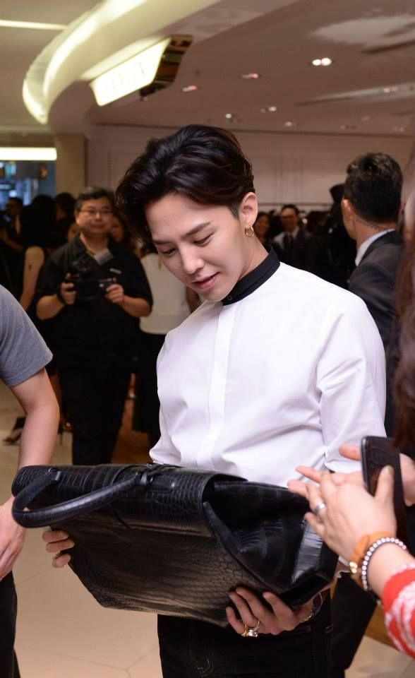 Harvey Nichols HK's Facebook Update: G-Dragon receives his personalized Colombo bag