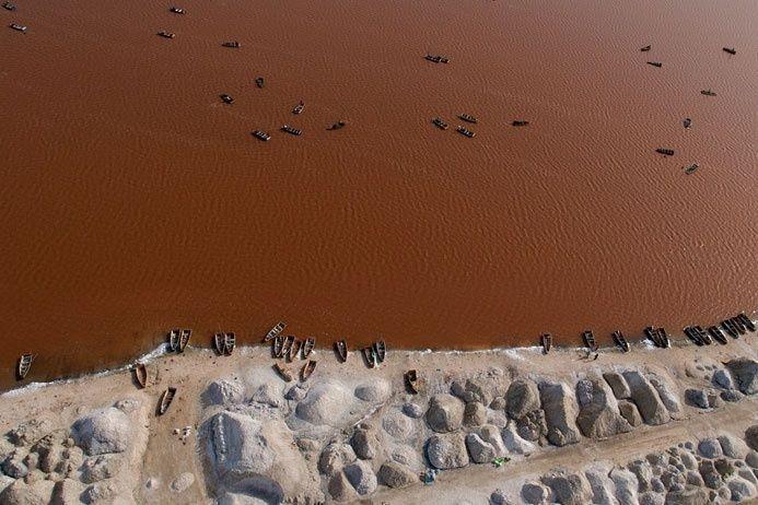 Озеро Ретба в Сенегале часто меняет свой цвет: то становится розовым, то коричневым. А всему виной — одноклеточные микроскопические водоросли Дуналиелла, которые в больших количествах содержатся в воде. Кроме этой бактерии в водоеме больше никто не живет, так как озеро очень насыщено солью