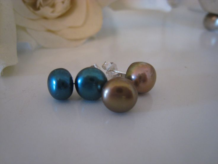 Freshwater pearls earring soft mocca and petrol colour.