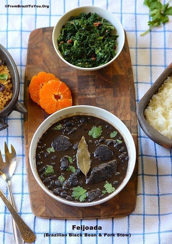 Feijoada -- guisado de feijão preto com carne de porco. Um prato brasileiríssimo servido com arroz, farofa, fatias de laranja, couve a mineira, e outros.