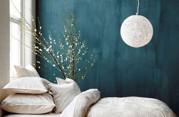 Kanske är det egentligen sovrummet som är hemmets viktigaste plats. Det är här vi ska slappna av och må som bäst. Vi har ett enkelt knep på vägen dit: måla sovrummet blått.