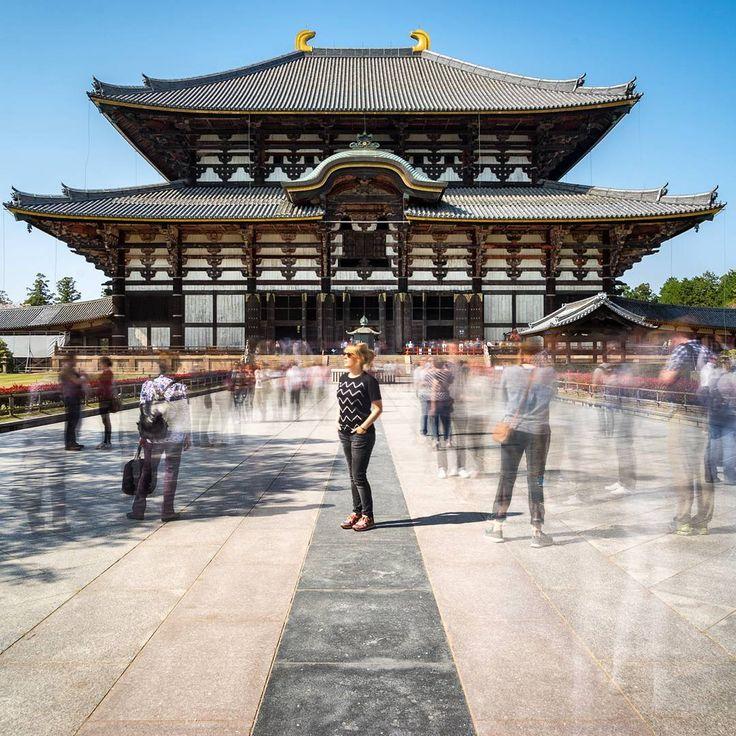 Ebenfalls auf unserer Was-wir-in-Japan-unbedingt-sehen-wollen-Liste stand die Stadt #Nara. Und dann selbstverständlich auch der Tōdai-ji. Dieser #Tempel beherbergt die größte buddhistische Statue (#Riesenbuddha) und die Haupthalle ist das größte rein aus Holz gebaute Gebäude der Welt. #bucketlist ⏩⏩ Leider wurden dort super viele Busgruppen abgeladen, sodass das #Fotografieren etwas schwierig war. Deswegen haben wir mit 30 Sekunden #langzeitbelichtet & dachten uns, wir probieren mal aus, ob…