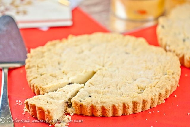 Edible Gifts: Lemon and Cranberry Shortbread on http://www.ledelicieux.com