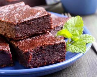 Brownies au chocolat et à la purée de betteraves pour collation spéciale chrononutrition