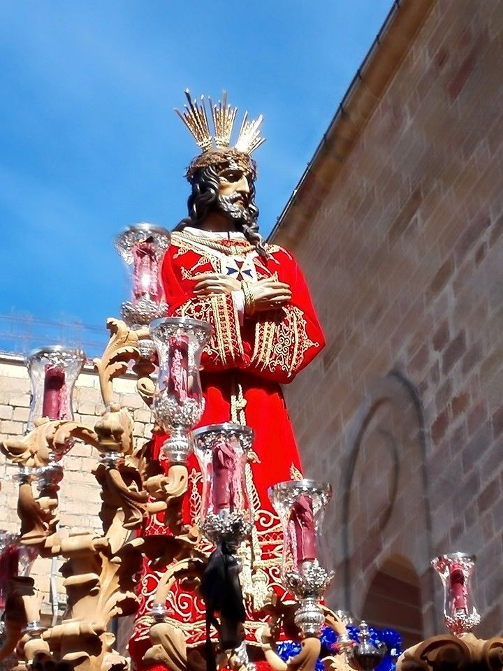Ntro. Padre Jesús del Rescate cuando lleva minutos en la calle, momentazo de esta Semana Santa de Linares 2015