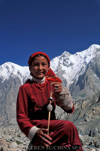 Wol spinnen / A Kirghiz girl spins wool on Mt. Kunlun, Pamir Plateau, Xinjiang Province, China