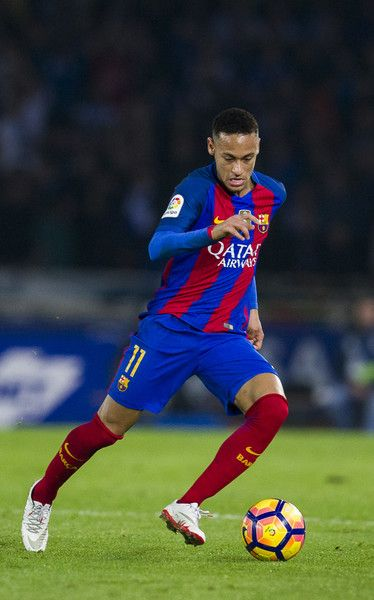 Neymar of FC Barcelona controls the ball during the La Liga match between Real Sociedad de Futbol and FC Barcelona at Estadio Anoeta on November 27, 2016 in San Sebastian, Spain.