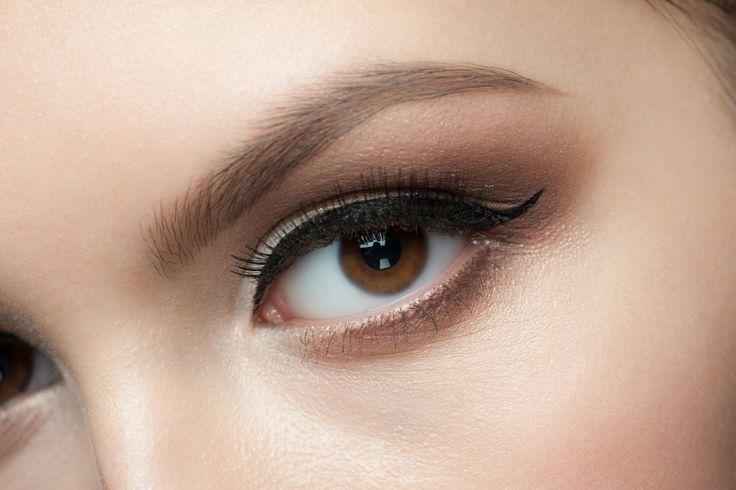奥二重アイメイクのアイライン編 にじむのを防止する方法 | GetBeauty Closeup of beautiful woman eye with makeup