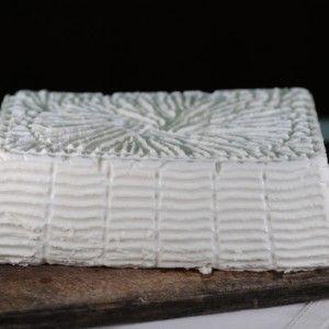 """GIUNCATA (ZUNCÀ, GIUNCÀ) P.A.T. Formaggio fresco, a pasta molle. Dalla """"gurettu"""", una specie di rete costruita con i giunchi, esce un formaggio particolarmente rigato, dalla crosta inesistente e dalla pasta molle, umida e fresca che viene consumato immediatamente dopo il raffreddamento. È un formaggio insipido, non si sala e per questo si abbina gradevolmente a confetture dolci."""