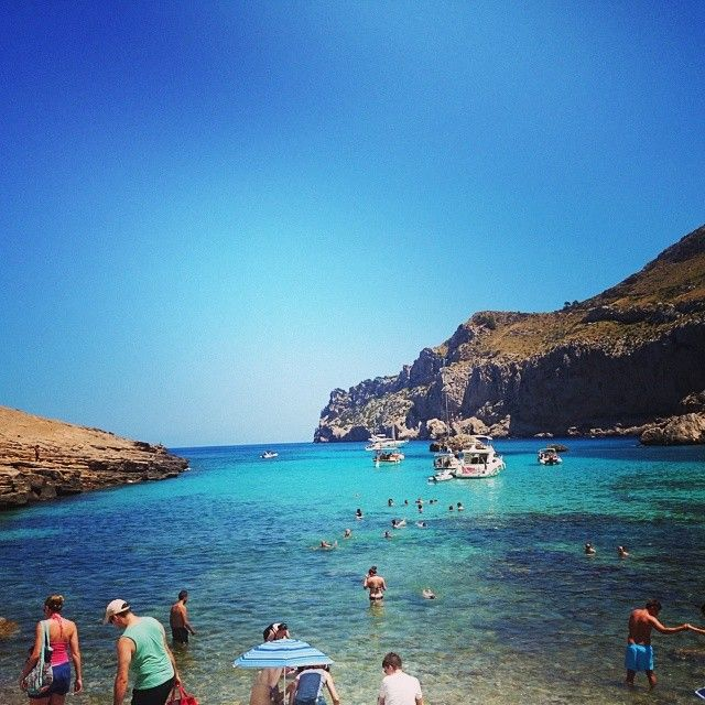 Her på Mallorca kan du opleve en masse Cala'er, som her på billedet. Cala'erne slanger sig ned langs østkysten og er kendt for det klare vand! En oplevelse som vi inviterer jer med på hver onsdag her på Mallorca, hvor vi bl.a. også ser de berømte Dragegrotter og øens største lokale marked i Sineu. Du kan læse mere om Mallorca her: www.apollorejser.dk/rejser/europa/spanien/mallorca
