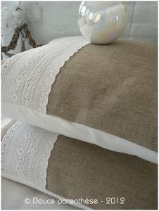 coussin et broderie anglaise