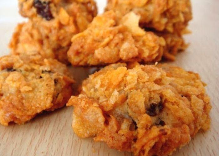 I biscotti ai cornflakes e uvetta si preparano realizzando un impasto con la…