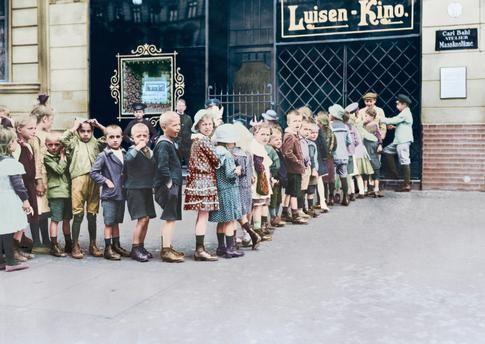 Berlin-Mitte, Luisen-Kino (eines der ersten Kinos in Berlin). Schlange vor Beginn der Kindervorstellung. Foto, um 1910 (Otto Haeckel); digital koloriert.