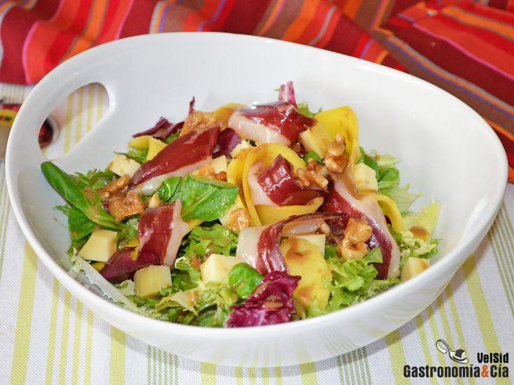 Ensalada con queso ahumado, jamón de pato y mango