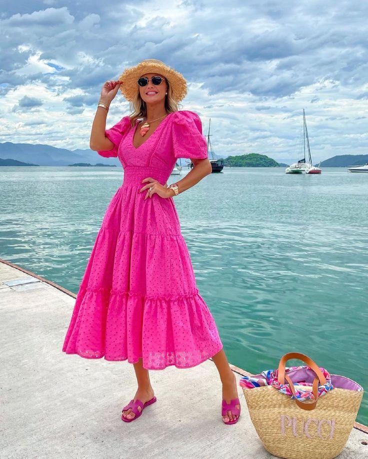 Marido fotógrafo em ação, elogiem ele 😜 Vestido @rocklola_ na cor que eu mais amo! O Rosa Chiclete é muito tendên… em 2021 | Vestidos, Vestidos estilosos, Belos vestidos