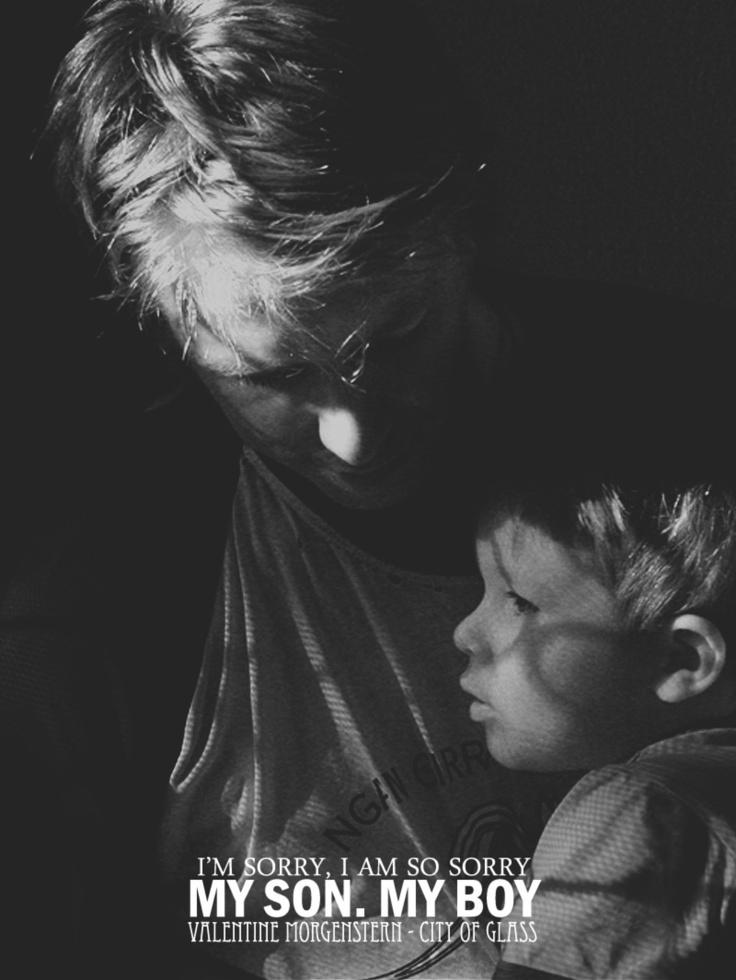 Vide Valentine inginocchiarsi a terra e prendere Jace tra le braccia, come se fosse un bambino, leggero da sorreggere. Lo strinse a sé, lo cullò, chinò il capo e lo appoggiò alla spalla del ragazzo. Clary pensò per un momento che stesse piangendo, ma quando Valentine sollevò il capo, i suoi occhi erano asciutti. — Mio figlio — sussurrò. — Il mio ragazzo.