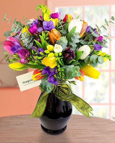 Buchet cu flori de primavara.    Spring flower bouquet