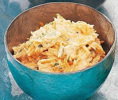 En lättlagad och supergod tzatziki gjord på morötter. Det är enkelt och snabbt att blanda ihop morotstzatzikin och det färdiga resultatet passar sedan utmärkt att servera tillsammans med grillat kött!