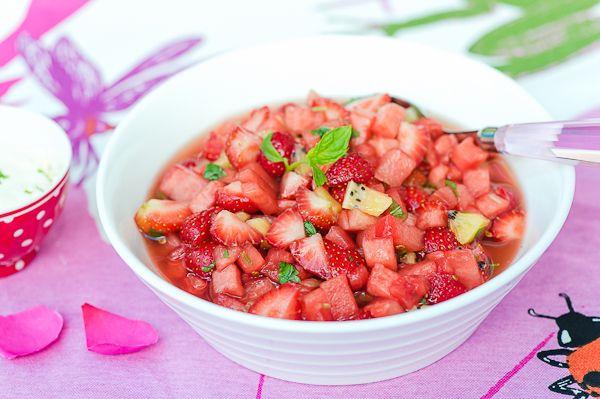 Raikas marja-hedelmäjälkiruoka juhannuspöytään