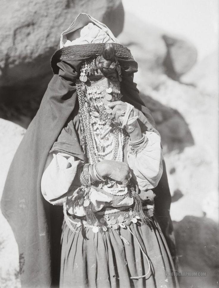 1900〜1920年頃にエジプトのシナイで撮影されたベドウィンの女性。 ベドウィンは一般的にはアラブ系遊牧民を指す。 羊・ヤギ・ラクダなどの家畜を飼育しながら遊牧生活し、父系の血縁関係を重視する。 pic.twitter.com/sIAWuhKB4y
