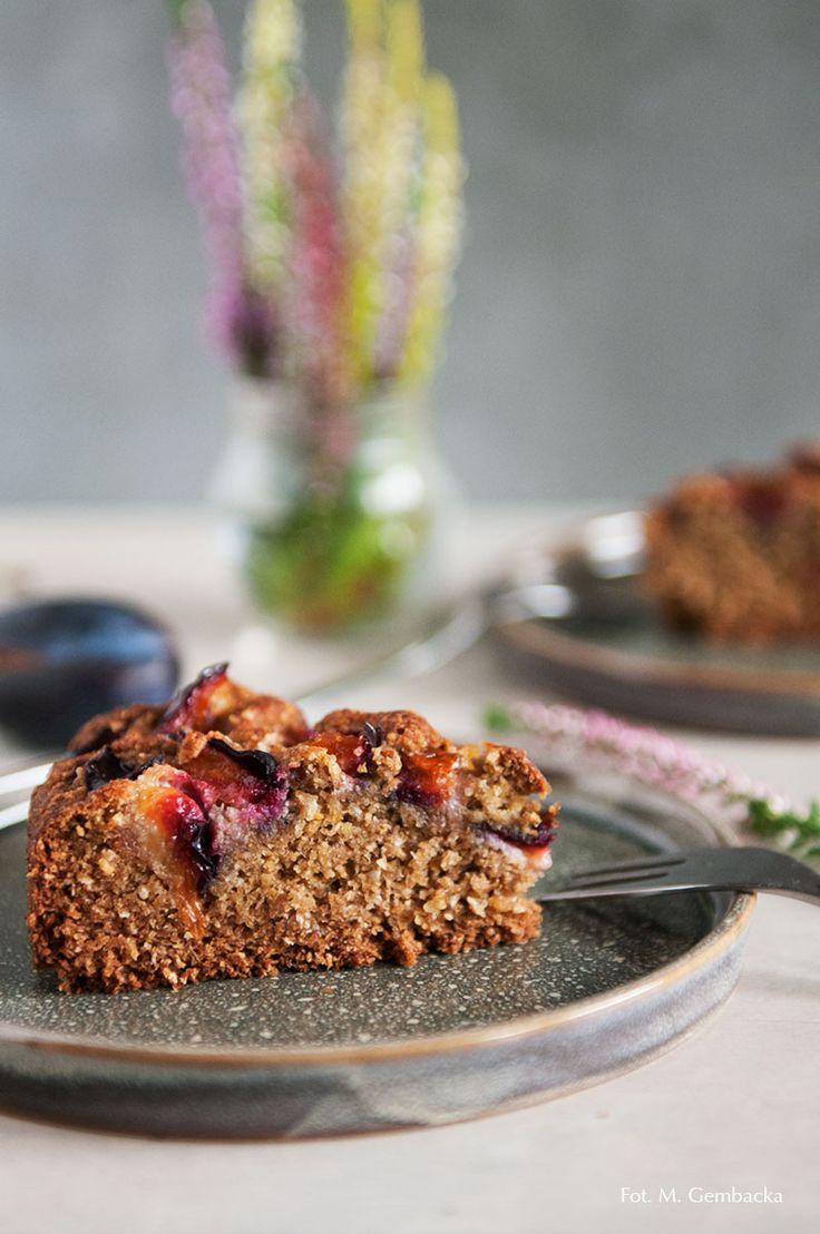 Proste ciasto ze śliwkami bez dodatku cukru i tłuszczu, a także bez glutenu, jeśli do przygotowania ciasta użyje się bezglutenoych płatków owsianych.
