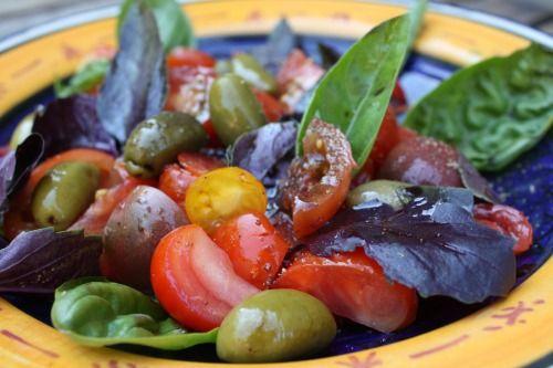 Salade de tomates anciennes (yellow canari, tigerella, noire de crimée, plum tigris), basilic pourpre, vinaigre balsamique de modène 20 ans d'âge, huile de cameline, olives lucques