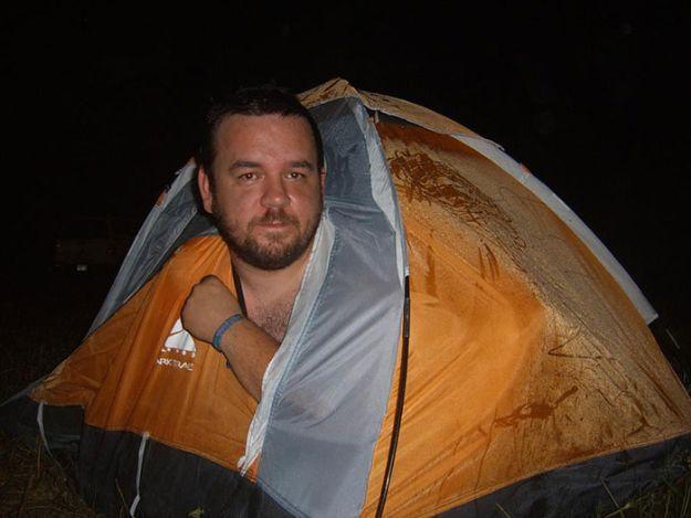 Er wollte ein Zelt in Familiengröße haben und was wurde geliefert? Dieses winzige Zeltchen. Da passt ja nicht mal eine Person rein, gut ein Kind vielleicht, oder ein Baby. Aber keine Familie, die ein Camping-Urlaub machen möchte. Aber wenigstens hat der Vater mal probiert, ob es zu klein ist. Wer weiß, vielleicht ist es ja ein Raumwunder. | unfassbar.es