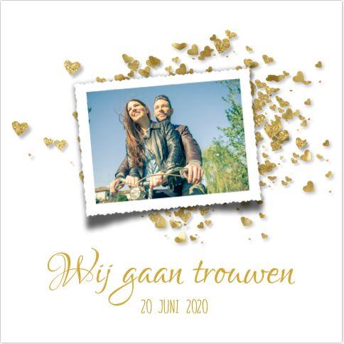 Romantic chique uitnodiging voor jullie bruiloft! Met witte ondergrond en goud gekleurde glitter confetti in hartjes vorm. Geheel zelf aan te passen. Gratis verzending in Nederland en België.