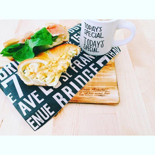 mokaron1004⋆ #本日のランチ ⋆ 食べるものが 何も無かったので お義父さんから 頂いた ポンパドールの 塩パンを使って サンドウィッチに 残り物を消化 ⋆ カルディの生ハム、 美味しくて大好き ここ1〜2カ月は常に ストックが冷蔵庫に ⋆ #lunch #お昼ごはん #お家ランチ #お家cafe #塩パン #ポンパドール #生ハム #カルディ #たまごサンド #生ハムとクリチ #カッティングボード #クッキングシート #ブルックリン柄 #セリア #マグカップ #todaysspecial #カフェオレ  #instagood #instalike #instagood #暮らし