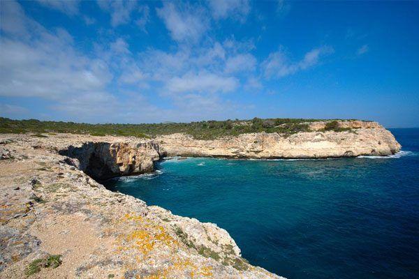 ostkueste-Cales-de-MallorcaDie Cales de Mallorca sind ein Ortsteil von Manacor, die fast ausschließlich für den Tourismus von Bedeutung sind. Sie liegen zwischen den Urlaubsorten Portocolom und Porto Cristo an der Ostküste der Insel und zeichnen sich durch ihre vielen Höhlen an der Felsküste aus, in die man teilweise hinein schwimmen kann.