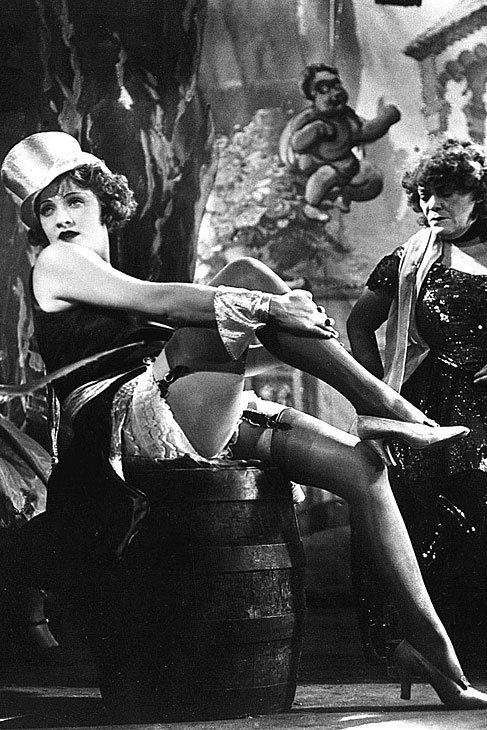 Marlene Dietrich. La fama de sus extremidades es mucho anterior a su éxito en Hollywood. Ya la película que la catapultó en Alemania (El ángel azul, 1930)  -a las órdenes de su pigmalión  Josef von Sternberg-  dejaba patentes sus atributos en aquella mítica escena en la que la cabaretera Lola Lola entonaba sobre el escenario su 'Falling in Love Again'. Tras saltar el charco, continuaría mostrando sus seductoras piernas a lo largo de su filmografía, de 'Morocco' (donde sin embargo, será más…