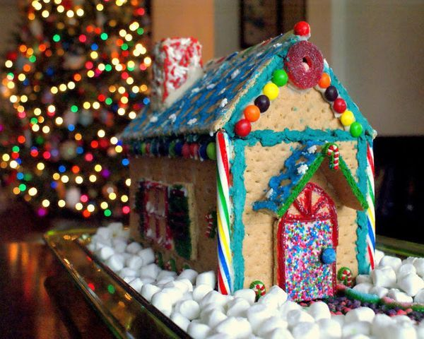 How to make your own Graham Cracker Gingerbread House this holiday! This is a great and easy project that the kids can help with!