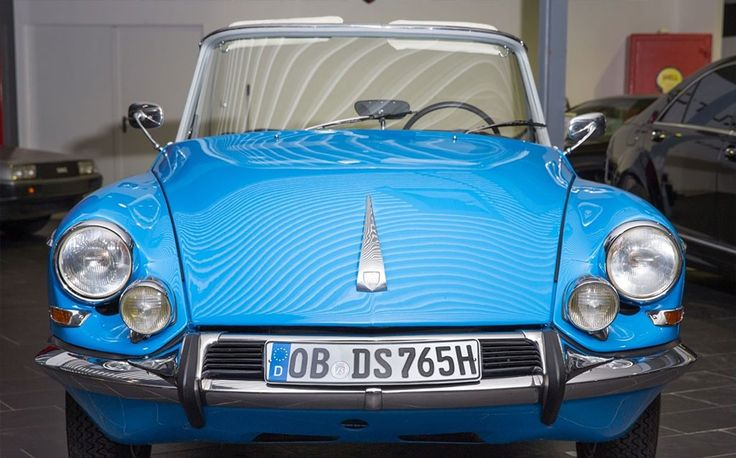 Sacre bleu! Deze volledig gerestaureerde, blauwe Citroën DS 19 usine cabrio van de hand van Henri Chapron uit 1965 staat te koop in Duitsland voor de lieve som van € 198.000. Dat zijn een boel Eurootjes, maar het is wel een plaatje om te zien en er staan slechts 3000 kilometers op de klok!