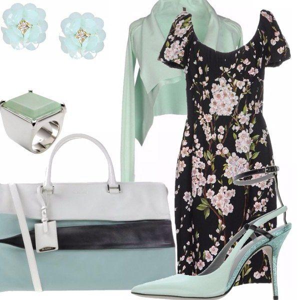 Abito con fantasia floreale su sfondo nero, cardigan corto a maniche lunghe color menta, scarpa con tacco allacciata alla caviglia, borsa a blocchi di colore, orecchini a forma di fiore, anello con pietra color menta