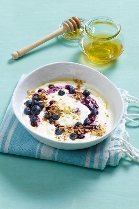 Zum Frühstück wecken wir Sie mit diesem leckeren Mix aus Joghurt und Heidelbeeren.