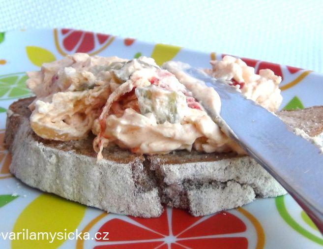 Vejce, kyselé okurky či nakládané papriky se dají použít i jinak, než na ozdobení chlebíčků ...