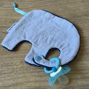 Tutdoekje in de vorm van een olifantje dat ook als knuffeldoekje kan gebruikt worden dankzij de zachte bolletjes teddy aan de achterzijde van het doekje.
