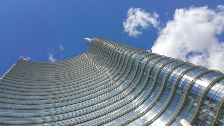 So windy but this day was amazing!  #Milan #Milano #italia #unicredit #torreunicredit #gaeaulenti #piazzagaeaulenti #sky #windy #cielo #blue #colors #unicredittower #building #architecture #sunny #tbt #happy #friends #beautiful #amazing #bestoftheday #iphonesia #wonderful #work #love
