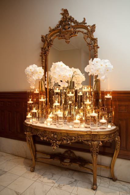 We think vintage furniture and white floral arrangements are the perfect chic nod to the era of the Great Gatsby! #greatgatsby #gatsbyweddings